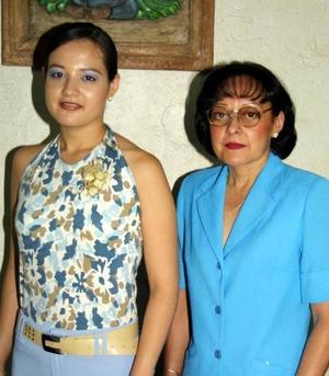 Karla Leticia Barrón Morales junto a la anfitriona de su despedida Leticia Morales Sánchez.