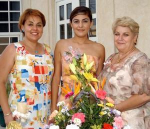 Teté Reyes acompañada de su cuñada Lupita Martínez de Villarreal y su futura suegra, María de los Ángeles Ceñal.