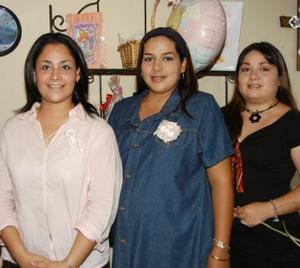 Acompañan  a Mónica Cecilia Tinajero de Valderrama las anfitrionas de su fiesat de canastilla Cristina Tinajero de Martín del Campo y Elisa Morales Torres.
