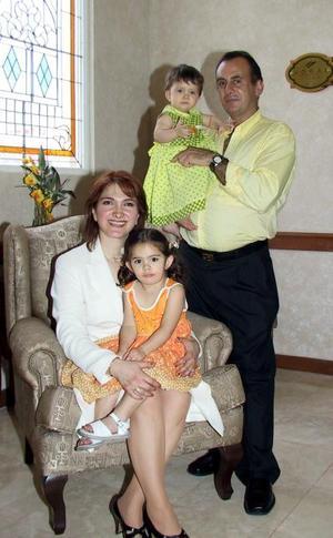 Carlos Karam y Lilian Bitar de Karam junto a sus pequeños hijos; Damia y Laila Karam Bitar