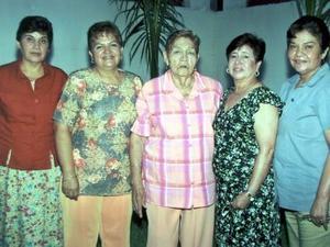 La señora Agustina Núñez de Estrada festejó su onomástico en compañía de sus hijas, Chiquis de García, Mayela de Aspiazi, Celia de Gámez y Marcela de Estrada.