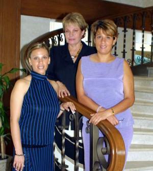 La Sra. Raquel Ivonne Ríos de Acevedo acompañada de su hija Raquel Acevedo de Fernández y nuera Lizeth Díaz de Acevedo en un convivio familiar.