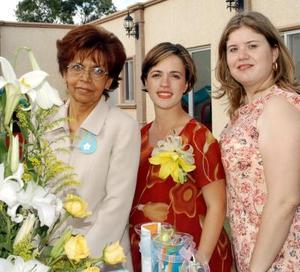 Margarita de Rodríguez fue captada en compañía de las anfitrionas de su fiesta de canastilla Cristy Gilio y Elba Carmona.