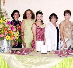 Ana Carmen Colores con las organizadoras de su fiesta de despedida, María del Carmen Ramos Clamont de Colores, sus tías, Olga, Gaby, Lorena, Maye, Teté Ramos y Coco Anaya.
