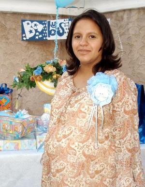 Por la próxima llegada de su primer bebé Wendy Gutiérrez de Abab fue festejada con un convivio preparado por su mamá, Rosa María García.