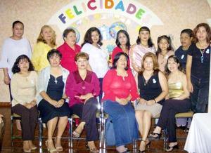 <u>01 de septiembre</u> <p> Nancy Castillo de Domínguez con un numeroso grupo de damas asistentes a la fiesta de canastilla que le preparó Ruth Luján de Castillo.