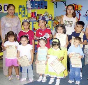 Alumnos pertenecientes a conocido jardín de niños al término de fin de cursos, los acompañan sus maestras.