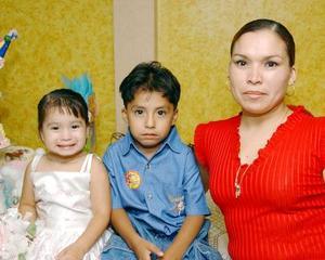 El día que cumplió tres años de edad, la pequeña Vanesa Lizbeth fue festejada con una piñata; en la gráfica la acompañan su mamá Liliana López y su hermanito Luis Fernando.