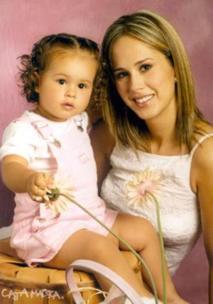 Luly Quintero Guerra a la edad de un año seis meses;  la acompaña su mamá Lulú G. de Quintero.