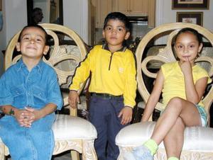 Martín Martínez Ramírez junto a sus primos, Sckarlet Milagros Ramírez Fernández y Bryan Ramírez el día que festejó su tercer cumpleaños.