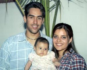 Rafael Bustos y Perla García de Bustos junto a su pequeña hija Isaura Ivonne Bustos García