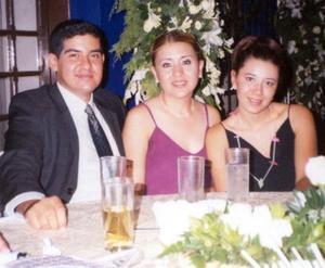 Alejandro Roiz, Laura López y Marcia Tapia captados en la recepción de boda de Víctor y Alina.