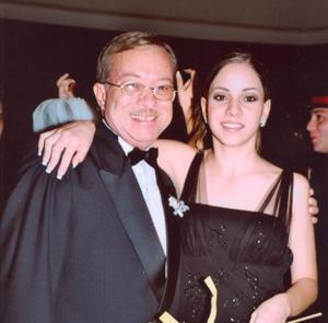 Cándido García con su hija Lorena en la recepción de boda de Luis Genaro Torres y Ana Tere García