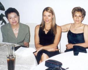 Carmen Maldonado, Lorena Ramos y Hortencia Maldonado en el banquete de boda de la pareja López-Tirado.