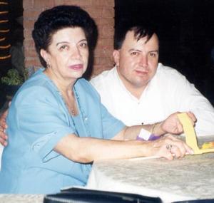 Laura Maldonado de Tirado con su hijo Guillermo Tirado Maldonado