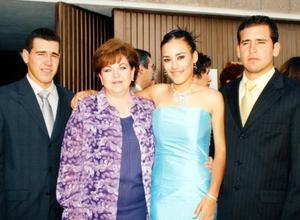 Tadeo Pamela y Pepe Flores en el enlace nupcial de su hermano Francisco  Xavier, los acompaña su tía Carmen Garza.