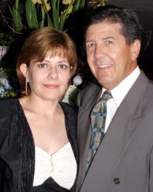 Asistieron a reciente festejo nupcial, Maru Rendón de Félix y Fernando Félix.