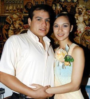 Rodrigo Eduardo Guerrero y Karla Verónica Lozano Vázquez en la despedida bíblica que les ofrecieron por su próximo enlace nupcial.