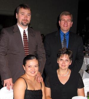 Roger Drum y Sra., Jaine Morris y Sra., quienes asistieron a la recepción matrimonial de la pareja de León -Olague.