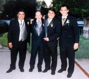 Salvador Pérez Barbosa con sus amigos Humberto Rodríguez, Héctor Aguilar y José Luis Pérez, quienes lo acompañaron el día de su boda.