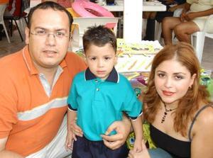 Con un grato festejo celebraron los tres años de vida del niño José Enrique Galindo Uribe, lo acompañan sus papás, Enrique Galindo y Lupita Uribe Barraza.