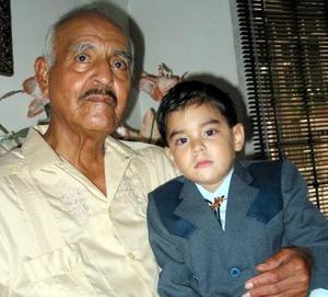 El señor Jesús Salazar Macías y Carlos Adrián Valles Salazar celebraron sus 75 y tres años de edad, respectivamente, con un convivio preparado por sus familiares.