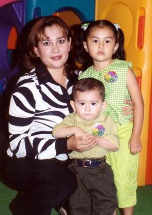 En un festejo infantil fueron captados Isela Burciaga de Martínez junto a sus hijos Daynna y Francisco Javier Martínez.