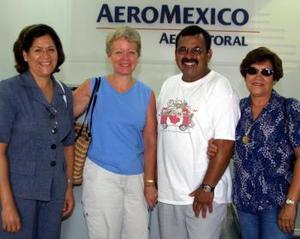Luego de vacacionar en La Laguna, retornaron a Seatle, Lorenzo Cerna y Bárbara Cerna, fueron despedidos por Tere y Pepita Cerna.