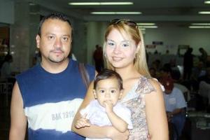 Jesús Alonso Morales y Érika Alarcón Blanco, con su hija Diana, Sofía, viajaron a Cancún, Quintana Roo.