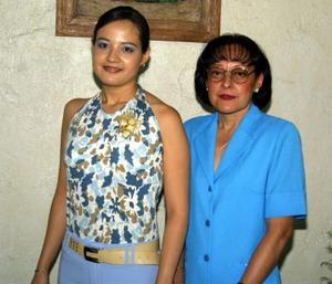Karla L. Barrón acompañada de su mamá Leticia Morales, anfitriona de su despedida