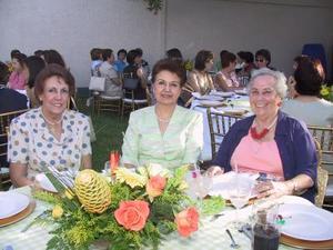 Tere de López, Vivi de De la Peña y Celia de Gómez, asistentes a una celebración pre nupcial.