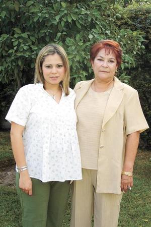 Una fiesta de canastilla le ofrecieron a Nuria Carlos de Martínez organizada por sus tías, en la gráfica aparece con su ammá la señora Cristina de Carlos.