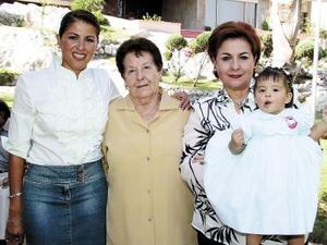Elisa de Abraham, Elisa A. de Mena, Elisa M. de Milán y la niña Elisa Mena  forman cuatro generaciones de estimable familia lagunera.