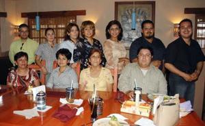 Griselda Núñez de Martínez cn un grupo de amigos asistentes al convivio que le ofreció su esposo, Alejandro Martínez Hernández por su onomástico .