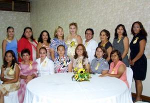 Alma Rosa Valadez Vicencio con un grupo de damas asistentes a su primera despedida de soltera, ella se casará con Lázaro Torres Álvarez el próximo 11 de octubre.