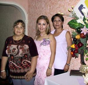 <u>03 de septiembre</u> <p>  Al centro aparece Haydé Martínez, en la despedida de soltera que le ofrecieron Blanca Pérez y Guadalupe Rodríguez de Huereca. La festejada se casará con Luis Huereca.