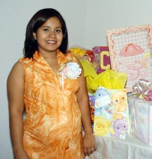 Alejandra García de Reyes en la fiesta de regalos para bebé que le ofrecieron Patricia y María Cristina F. de reyes.