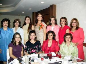 María  Isabel Bitar en su primera despedida de soltera, organizada por su mamá, señora Rosalía de Bitar, algunas de las invitadas fueron, Linda de Zarzar, Yanira de Zarzar, Ana de Luján, Esther de Domínguez