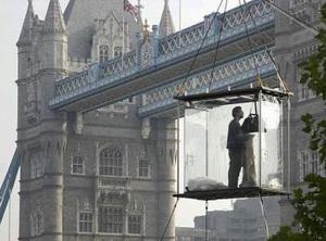 <u>INICIA EL DESAFÍO. FECHA: 05 septiembre de 2003</u> <p>  El ilusionista estadounidense y Houdini de los días modernos estará suspendido en una caja de vidrio sobre el río por 44 días en ayuno y confinamiento.