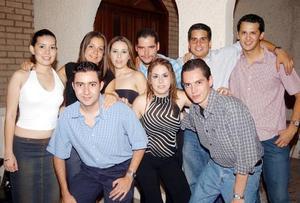 Francisco Zamora Verdeja con un grupo de amigos asistentes a su fiesta de cumpleaños.