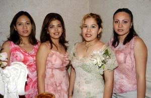 Martha Lizeth Esparza Andrade con un grupo de amigas asistentes a su despedida de soltera.