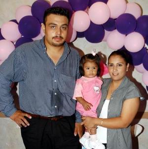 Jessica Alejandra  en compañía de sus padres, Rogelio Alvarez Ramos y Claudia Goytia Martínez.