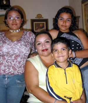 <u> 05 de septiembre </u> <p> Martín Martínez con su mamá Consuelo Ramírez y sus hermanas Angie e Indira en el festejo de su quinto aniversario.