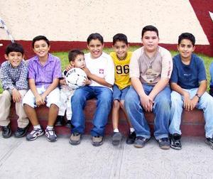 El niño Carlos García Magos con un grupo de amigos asistentes al convivio que le ofrecieron sus papás Gregorio García Lamas y Mayela Magos Duéñez.