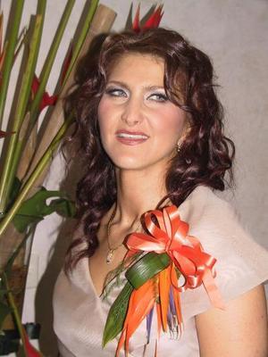 María Isabel Bitar Mena se casará en breve con Édgar Castillo Guerrero y por ello la despidieron de su vida de soltera.