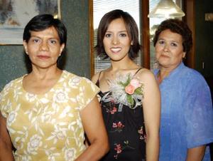 Sandra Natalia Hernández Ruiz con las anfitrionas de su primera despedida de soltera.
