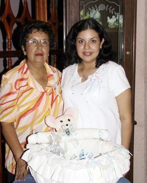 Gabriela Frayre de Ruelas en la fiesta de regalos para bebé que le ofrecieron Martha de Ruelas y María Teresa López.