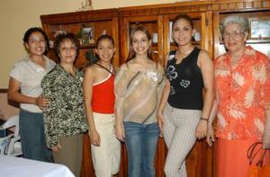 Con una fiesta de canastilla festejaron a Ana Luisa de Bernal preparada por Helda Sánchez, Blanca Sánchez, Mayela de Vega y María Luisa de Caballero.