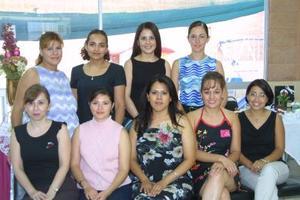 La novia Alma Delia Valdez acompañada por un grupo de amigas el día de su despedida de soltera.