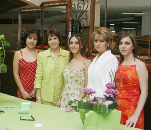 La novia Sofía Garza García acompañada de su mamá Susana G. de Garza, su suegra Luz María González Ortiz, Rosario de Marcos y Susana Garza García.